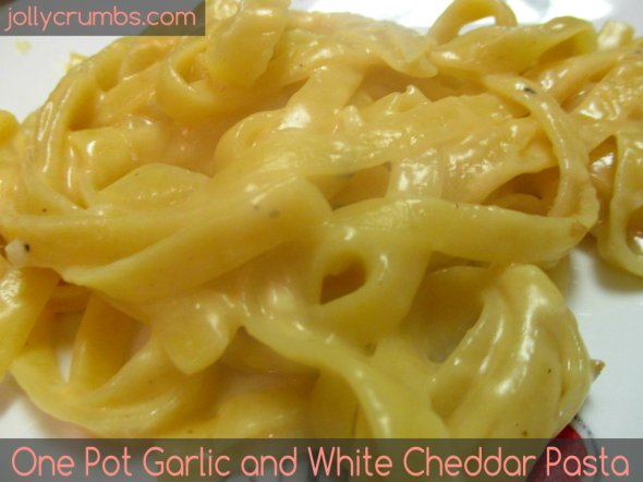 One Pot Garlic and White Cheddar Pasta | jollycrumbs.com